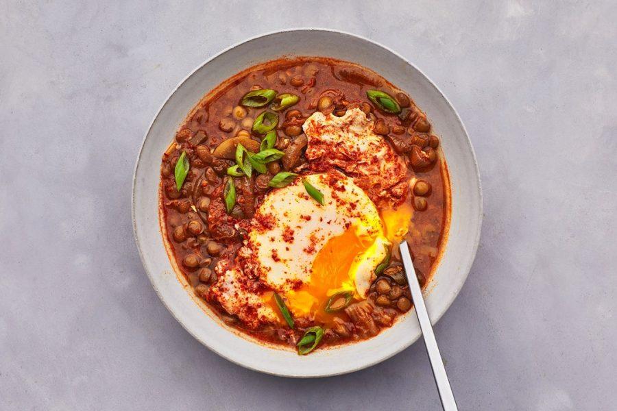Ragoût de kimchi et de lentilles avec des œufs pochés