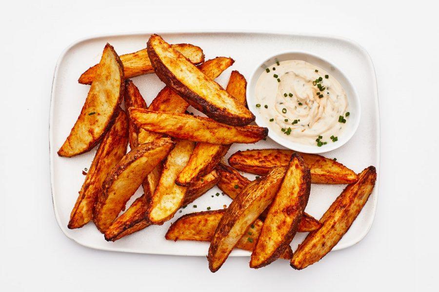 Frites de pommes de terre aux épices Air Fryer avec sauce au yogourt et au tahini