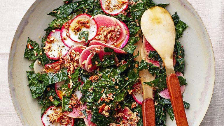 Salade de chou frisé avec vinaigrette aux pacanes